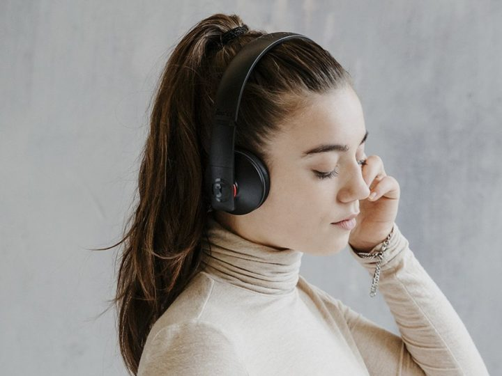 lifestlye image of a woman wearning AIRY headphones from Teufel