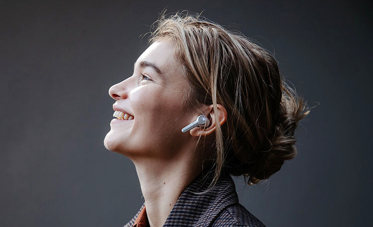 Vrouw met de Airy True Wireless en lacht